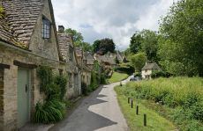 1280px-Bibury_Cottages_in_the_Cotswolds_-_June_2007